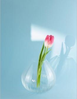 Kvalitná sklenená váza vyrobená z fúkaného skla s dizajnom evokojúcim vodopád