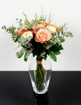Kytica z jemných ranunculusov a marhuľkových ruží Kahala, online objednávka kvetov.