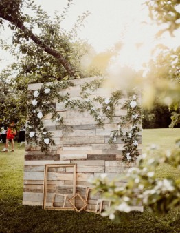 Drevená fotostena k svadobnej výzdobe